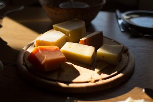 Auf diesem Foto ist eine Schweizer Käseplatte zu sehen.