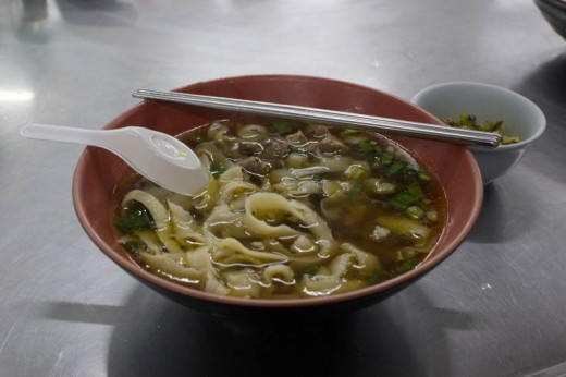 Auf diesem Foto ist eine taiwanische Beef Noodle Soup zu sehen. Es ist mein Lieblingsessen in Taiwan!