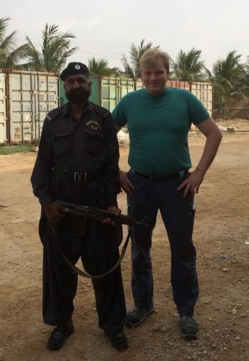 Auf diesem Foto ist mein Bodyguard samt Sturmgewehr zu sehen.